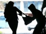 Издирват тийнейджъри, ограбили жена на улицата