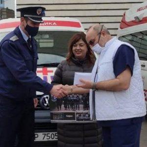 Полицейски служители от Русе подпомагат лечебни заведения и дете на починал колега