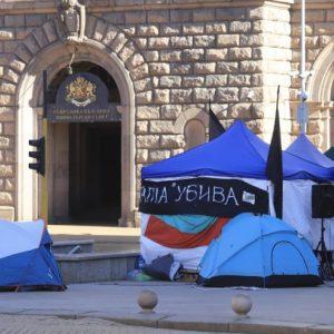 Протестиращи влязоха в парламента, отказват да напуснат