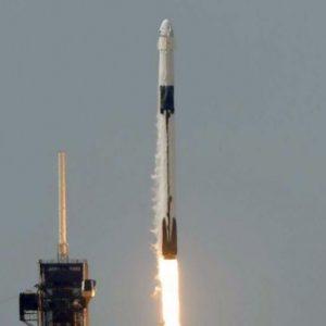Частната ракета SpaceX потегли с двама астронавти към МКС (видео)