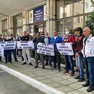 Риболовци протестират пред централата на ИАРА в Бургас /ВИДЕО/